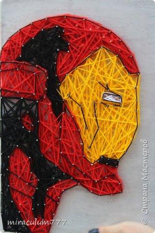 Срочно понадобился оригинальный подарок поклоннику Marvel. Посетила мысль сделать панно в стиле String Art (нити + гвозди) Вот такой Железный человек у меня получился)) фото 1