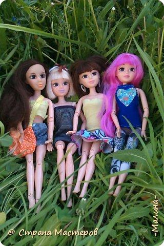 я хотела эти фотографии разделить на разные блоги, но видимо не судьба... здесь все красоточки вместе ( уже 4!!!) Сразу предупреждаю модераторов что повод- я сшила новую одежду для всех кукляш. для Лины -топ с удлиннением( не знаю как называется) и пышная юбка, для Эллы-сарафанчик и сделала ободок, для Эшли- платье с пышным низом, а для Мили- вроде как топ на завязках и леги. фото 1