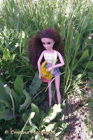 я хотела эти фотографии разделить на разные блоги, но видимо не судьба... здесь все красоточки вместе ( уже 4!!!) Сразу предупреждаю модераторов что повод- я сшила новую одежду для всех кукляш. для Лины -топ с удлиннением( не знаю как называется) и пышная юбка, для Эллы-сарафанчик и сделала ободок, для Эшли- платье с пышным низом, а для Мили- вроде как топ на завязках и леги. фото 3