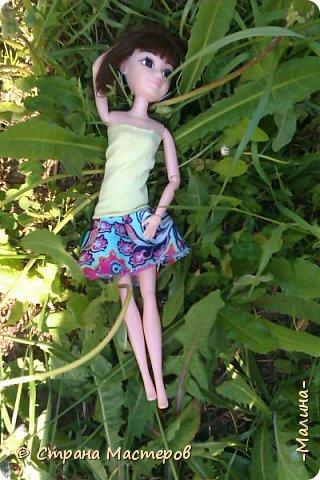 я хотела эти фотографии разделить на разные блоги, но видимо не судьба... здесь все красоточки вместе ( уже 4!!!) Сразу предупреждаю модераторов что повод- я сшила новую одежду для всех кукляш. для Лины -топ с удлиннением( не знаю как называется) и пышная юбка, для Эллы-сарафанчик и сделала ободок, для Эшли- платье с пышным низом, а для Мили- вроде как топ на завязках и леги. фото 4