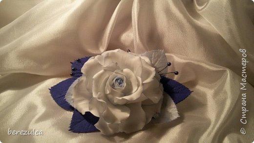 Роза - зефирка, листья - иран. Заколка сделана для замечательной выпускницы 4го класса) фото 3