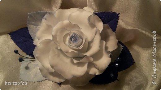 Роза - зефирка, листья - иран. Заколка сделана для замечательной выпускницы 4го класса) фото 1