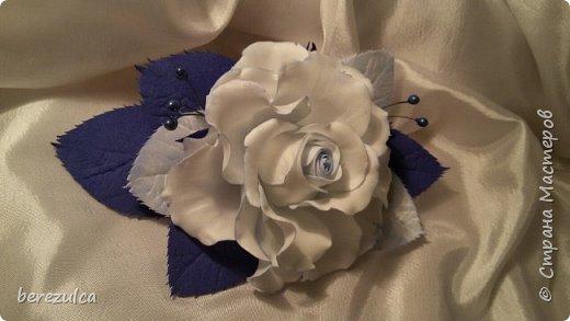 Роза - зефирка, листья - иран. Заколка сделана для замечательной выпускницы 4го класса) фото 2