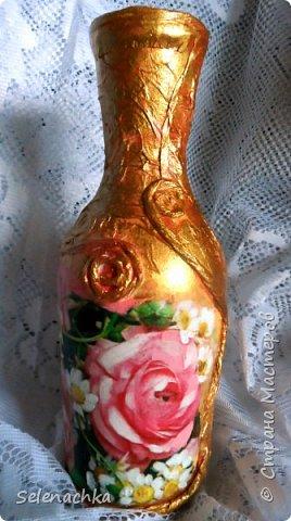 Захотелось поделиться своей второй вазочкой из бутылки. Делала из салфеток неровности, покрыла акриловыми красками, основной цвет золото и пока 1 слой лака, потом еще будет. Загагулины так так же из салфеток, скрученные в жгутики и приклеенные на клей пва. Задумала золотую вазочку, вроде получилось. фото 2