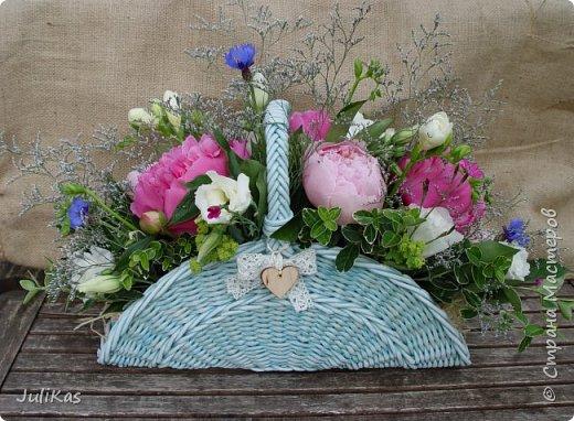 Здравствуйте, коллеги. Показываю мои работы букетного периода. №1 Корзинка голубая (впоследствии может стать газетницей). А пока она посвящена моему любимому весеннему цветку - пиону. фото 1