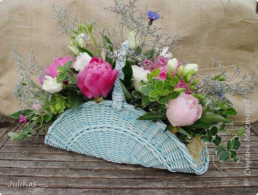 Здравствуйте, коллеги. Показываю мои работы букетного периода. №1 Корзинка голубая (впоследствии может стать газетницей). А пока она посвящена моему любимому весеннему цветку - пиону. фото 10