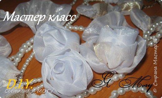 В этом видео я хочу показать как можно сшить розу из ткани очень легко и просто. Без применения клея. Получившиеся цветочки можно использовать для создания различных композиций.