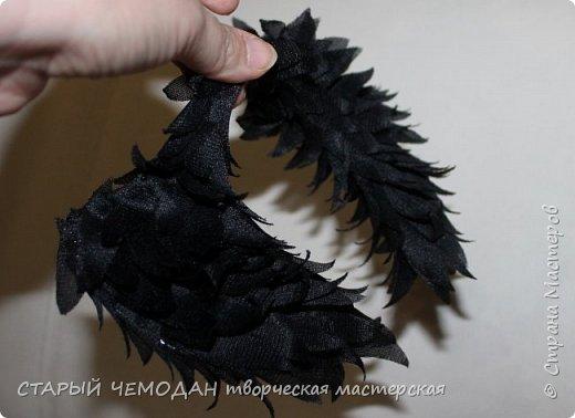 Буду очень рада, если кому-то пригодится мой опыт по созданию крыльев. Это очень маленький и простой мастер-класс, не судите строго :)  Очень захотелось мне сделать крылья для своей куклы, встал вопрос, как? Решила начать с того, что у меня для этого имеется в наличии. Нашлась проволока, черная капроновая сетка с люрексом и подкладочная ткань (раньше из такой комбинации шили, если кто помнит). Вот из этого и мастерила крылышки.  фото 8