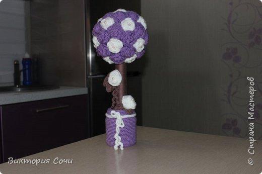 Вот такой топиарий я связала в подарок маме. Получился не маленький - 43 розы на основе + 2 розочки для украшения! Для топиария потребовалось: - пряжа 3х цветов - стеклянная банка - газета или бумага - гипс - клей - бусины - картонная трубка фото 2