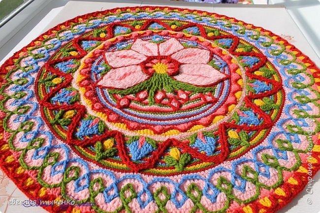 Вот такой получился цветочный коврик, техника Overlay Crochet, размер 73 см, нитки акрил, По нему буду делать МК фото 1
