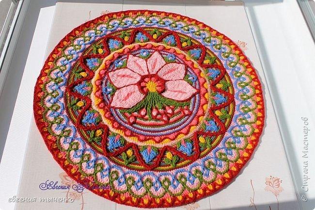 Вот такой получился цветочный коврик, техника Overlay Crochet, размер 73 см, нитки акрил, По нему буду делать МК фото 4