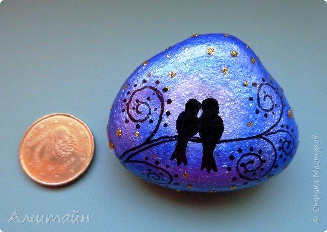 Рисунок выполнен на камне акриловыми красками и водостойким маркером (чёрного цвета), сверху покрыт глянцевым акриловым лаком. Длина камешка 4,5 см.   фото 2