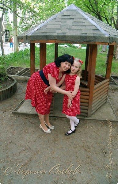 Решили мы с дочей на выпускной пойти в одинаковых платьях))  вот мама озадачивалась и шила )) фото 1
