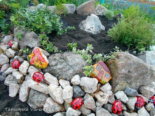 Даже камни можно сделать живее, красочней и прикольней, если с ними совсем немного поработать! Божьи коровки  это отливки из гипса.В качестве формы использовала пластиковые контейнеры от КиндерДжой. фото 7