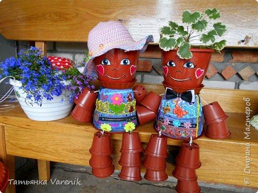 Сегодня мы оживили наши цветочные горшочки! Теперь на нашей клумбе есть вот такой эксклюзивный декор=))) фото 1