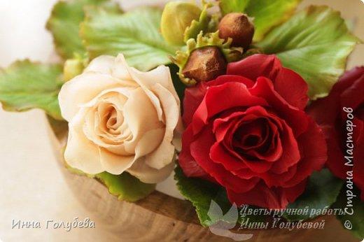 Девочки,привет! После мк кустовой розочки,стояла моя беляночка одинокая) А тут у меня в саду распустились кустовые розы красного цвета.Я как их увидела не смогла пройти равнодушно,сорвала одну и повторила в тройном экземпляре.Так родились сестрички для моей беляночки) Ну и орешки в тему пригодились.Вот такая сказка получилась в цветочной композиции) фото 13