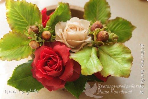 Девочки,привет! После мк кустовой розочки,стояла моя беляночка одинокая) А тут у меня в саду распустились кустовые розы красного цвета.Я как их увидела не смогла пройти равнодушно,сорвала одну и повторила в тройном экземпляре.Так родились сестрички для моей беляночки) Ну и орешки в тему пригодились.Вот такая сказка получилась в цветочной композиции) фото 15