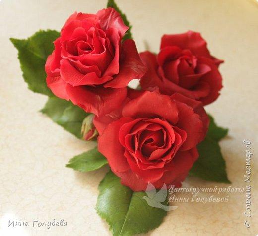 Девочки,привет! После мк кустовой розочки,стояла моя беляночка одинокая) А тут у меня в саду распустились кустовые розы красного цвета.Я как их увидела не смогла пройти равнодушно,сорвала одну и повторила в тройном экземпляре.Так родились сестрички для моей беляночки) Ну и орешки в тему пригодились.Вот такая сказка получилась в цветочной композиции) фото 7