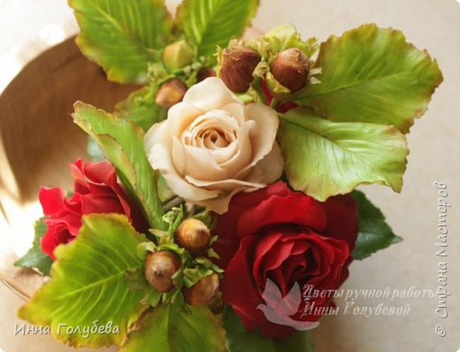 Девочки,привет! После мк кустовой розочки,стояла моя беляночка одинокая) А тут у меня в саду распустились кустовые розы красного цвета.Я как их увидела не смогла пройти равнодушно,сорвала одну и повторила в тройном экземпляре.Так родились сестрички для моей беляночки) Ну и орешки в тему пригодились.Вот такая сказка получилась в цветочной композиции) фото 1