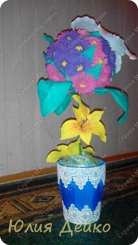 Доброе время суток всем мастерам и мастерицам!!!Хочу с Вами поделиться своей работай.Надеюсь Вам понравится мой топиарчик.))) Все цветочки сделаны из фома,а горшочек --это кружка обклеена атласной лентой и кружевами. фото 1