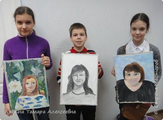 В подарок мамам на 8 марта ребята выполнили портреты. Я считаю удачно. Мамы остались довольны. фото 1