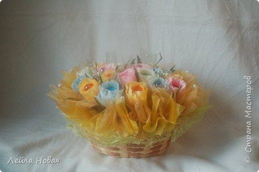 Весенний букет в корзинке.Использованы конфеты,гофробумага(не Италия),органза и сетка. фото 2