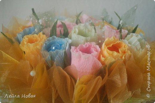 Весенний букет в корзинке.Использованы конфеты,гофробумага(не Италия),органза и сетка. фото 1