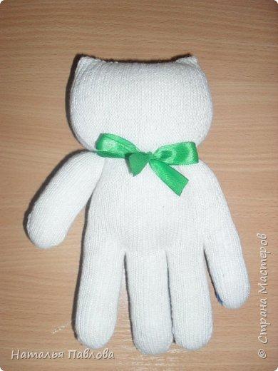 Кошечка из обыкновенной хозяйственной перчатки-простая и дешевая игрушка для ребенка фото 6