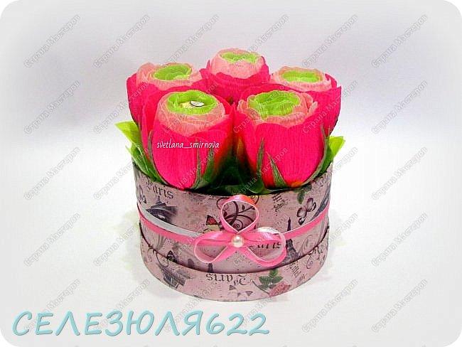 Свит бокс с ранункулюсами в составе конфеты Ferrero Rocher-5шт вид прямо фото 1