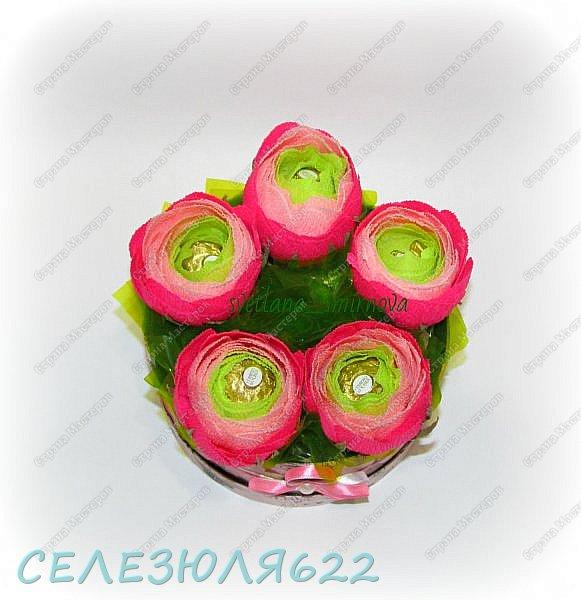Свит бокс с ранункулюсами в составе конфеты Ferrero Rocher-5шт вид прямо фото 2