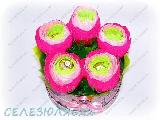 Свит бокс с ранункулюсами в составе конфеты Ferrero Rocher-5шт вид прямо фото 3