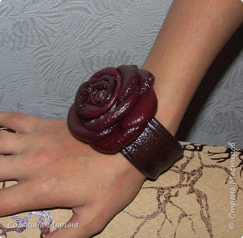 Браслет на жестяной основе без застежки. Основа из жести обтягивается кожей и украшается цветком из кожи. Очень просто и стильно. фото 1