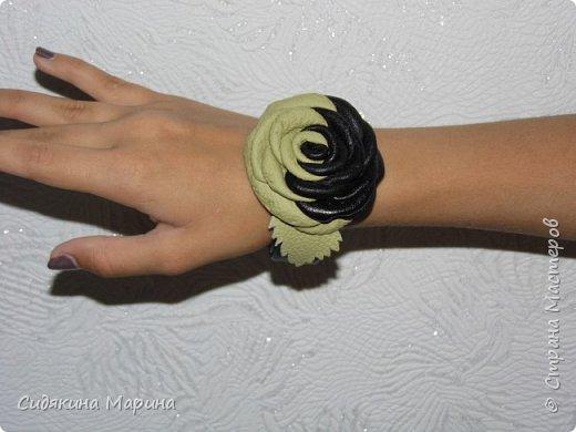 Браслет на жестяной основе без застежки. Основа из жести обтягивается кожей и украшается цветком из кожи. Очень просто и стильно. фото 2