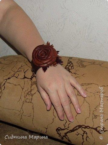 Браслет на жестяной основе без застежки. Основа из жести обтягивается кожей и украшается цветком из кожи. Очень просто и стильно. фото 4