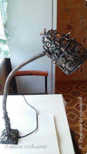 Нашла ещё одну лампу. Она без подставки,прикручивается над или к рабочему столу. На время своей работы для удобства я прикрутила её к просто доске. Смысл работы всё тот же,берешь всё подряд из ненужных нужностей и приклеиваешь. Потом чёрная краска,бронза,лак. фото 2