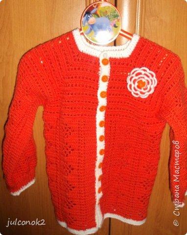 Оранжевый свитерок этот связала еще в том году(пока не подсела на свит-дизайн),но выгулять его и сфотографировать на доченьке удалось только в этом году  фото 5