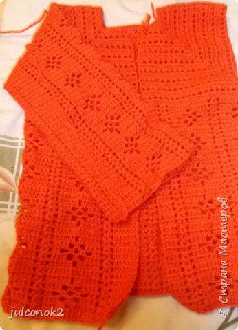 Оранжевый свитерок этот связала еще в том году(пока не подсела на свит-дизайн),но выгулять его и сфотографировать на доченьке удалось только в этом году  фото 4