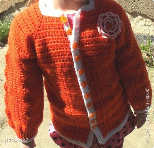 Оранжевый свитерок этот связала еще в том году(пока не подсела на свит-дизайн),но выгулять его и сфотографировать на доченьке удалось только в этом году  фото 8