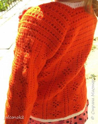 Оранжевый свитерок этот связала еще в том году(пока не подсела на свит-дизайн),но выгулять его и сфотографировать на доченьке удалось только в этом году  фото 9