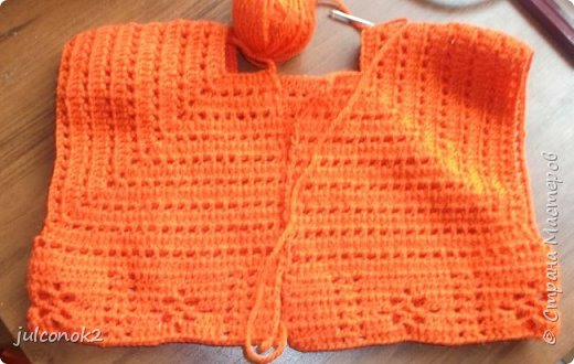 Оранжевый свитерок этот связала еще в том году(пока не подсела на свит-дизайн),но выгулять его и сфотографировать на доченьке удалось только в этом году  фото 2