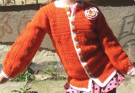 Оранжевый свитерок этот связала еще в том году(пока не подсела на свит-дизайн),но выгулять его и сфотографировать на доченьке удалось только в этом году  фото 1