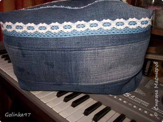 Доброго времени суток мастера и мастерицы СМ!!!! И меня накрыло сумочное настроение. Сотворилась парочка сумочек из остатков джинсов и всего, что нашлось в моих хомячных запасах. Эта сумочка выполнена в голубых джинсовых тонах. В ход пошли старые джинсы мужа и хлопковая ткань. Ну и все, что полагается для таких сумок, молния, пуговицы и кружева, получилась аккуратная но вместительная сумка, на лето очень актуально фото 6