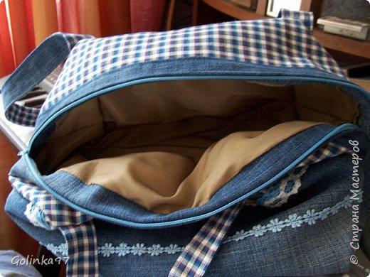 Доброго времени суток мастера и мастерицы СМ!!!! И меня накрыло сумочное настроение. Сотворилась парочка сумочек из остатков джинсов и всего, что нашлось в моих хомячных запасах. Эта сумочка выполнена в голубых джинсовых тонах. В ход пошли старые джинсы мужа и хлопковая ткань. Ну и все, что полагается для таких сумок, молния, пуговицы и кружева, получилась аккуратная но вместительная сумка, на лето очень актуально фото 5