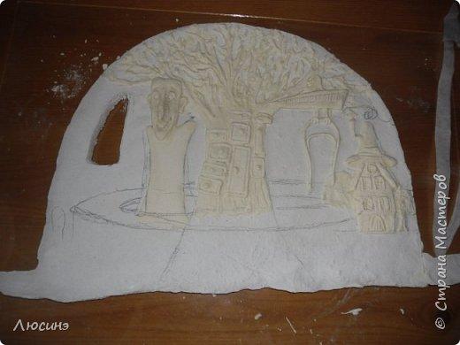 """5 лет назад я влюбилась в творчество художников-иллюстраторов Дмитрия Непомнящего и Ольги Попугаевой. Работаю логопедом, увидела их замечательные иллюстрации в детской энциклопедии. И с этого момента я начала лепить рыбок-мультяшек, на которые меня вдохновили именно эти художники (результаты можете посмотреть в конце поста). Начала искать в работы Дмитрия и Ольги в интернете, и встретила своего ненаглядного """"Шляпочника"""".  Поделилась идеей со своей лучшей подругой по жизни Светланой ШиШиКиНой http://stranamasterov.ru/user/37316. И договорились мы, что одновременно будем лепить эту прелесть... Светочка-то слепила быстро и классно http://stranamasterov.ru/node/345560, а вот я задержалась за отсутствием времени (всего-то на 4 года). И вот удача - недавно меня попросили сделать на подарок ко дню Рождения для замечательной разноплановой женщины панно (хотя мне это название работы не очень импонирует). Я предлагала разные варианты, но моя заказчица (о! счастье!) остановилась на Шляпочнике! И я это сделала!!! Очень рада и счастлива! Лепила с огромным  наслаждением! А что из этого получилось - посмотрите. фото 5"""
