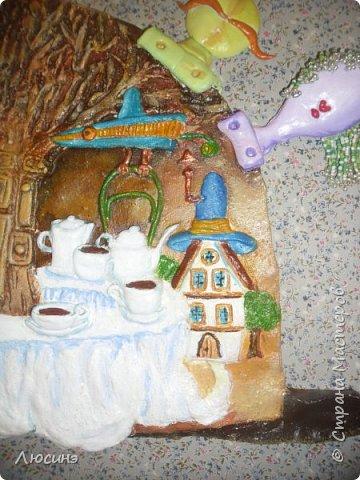"""5 лет назад я влюбилась в творчество художников-иллюстраторов Дмитрия Непомнящего и Ольги Попугаевой. Работаю логопедом, увидела их замечательные иллюстрации в детской энциклопедии. И с этого момента я начала лепить рыбок-мультяшек, на которые меня вдохновили именно эти художники (результаты можете посмотреть в конце поста). Начала искать в работы Дмитрия и Ольги в интернете, и встретила своего ненаглядного """"Шляпочника"""".  Поделилась идеей со своей лучшей подругой по жизни Светланой ШиШиКиНой http://stranamasterov.ru/user/37316. И договорились мы, что одновременно будем лепить эту прелесть... Светочка-то слепила быстро и классно http://stranamasterov.ru/node/345560, а вот я задержалась за отсутствием времени (всего-то на 4 года). И вот удача - недавно меня попросили сделать на подарок ко дню Рождения для замечательной разноплановой женщины панно (хотя мне это название работы не очень импонирует). Я предлагала разные варианты, но моя заказчица (о! счастье!) остановилась на Шляпочнике! И я это сделала!!! Очень рада и счастлива! Лепила с огромным  наслаждением! А что из этого получилось - посмотрите. фото 17"""