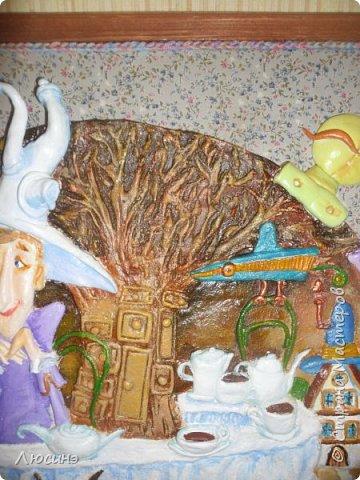 """5 лет назад я влюбилась в творчество художников-иллюстраторов Дмитрия Непомнящего и Ольги Попугаевой. Работаю логопедом, увидела их замечательные иллюстрации в детской энциклопедии. И с этого момента я начала лепить рыбок-мультяшек, на которые меня вдохновили именно эти художники (результаты можете посмотреть в конце поста). Начала искать в работы Дмитрия и Ольги в интернете, и встретила своего ненаглядного """"Шляпочника"""".  Поделилась идеей со своей лучшей подругой по жизни Светланой ШиШиКиНой http://stranamasterov.ru/user/37316. И договорились мы, что одновременно будем лепить эту прелесть... Светочка-то слепила быстро и классно http://stranamasterov.ru/node/345560, а вот я задержалась за отсутствием времени (всего-то на 4 года). И вот удача - недавно меня попросили сделать на подарок ко дню Рождения для замечательной разноплановой женщины панно (хотя мне это название работы не очень импонирует). Я предлагала разные варианты, но моя заказчица (о! счастье!) остановилась на Шляпочнике! И я это сделала!!! Очень рада и счастлива! Лепила с огромным  наслаждением! А что из этого получилось - посмотрите. фото 18"""