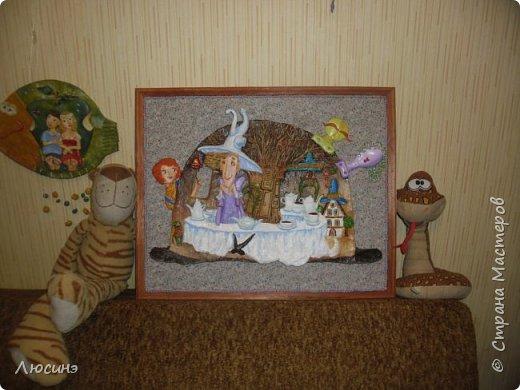 """5 лет назад я влюбилась в творчество художников-иллюстраторов Дмитрия Непомнящего и Ольги Попугаевой. Работаю логопедом, увидела их замечательные иллюстрации в детской энциклопедии. И с этого момента я начала лепить рыбок-мультяшек, на которые меня вдохновили именно эти художники (результаты можете посмотреть в конце поста). Начала искать в работы Дмитрия и Ольги в интернете, и встретила своего ненаглядного """"Шляпочника"""".  Поделилась идеей со своей лучшей подругой по жизни Светланой ШиШиКиНой http://stranamasterov.ru/user/37316. И договорились мы, что одновременно будем лепить эту прелесть... Светочка-то слепила быстро и классно http://stranamasterov.ru/node/345560, а вот я задержалась за отсутствием времени (всего-то на 4 года). И вот удача - недавно меня попросили сделать на подарок ко дню Рождения для замечательной разноплановой женщины панно (хотя мне это название работы не очень импонирует). Я предлагала разные варианты, но моя заказчица (о! счастье!) остановилась на Шляпочнике! И я это сделала!!! Очень рада и счастлива! Лепила с огромным  наслаждением! А что из этого получилось - посмотрите. фото 20"""
