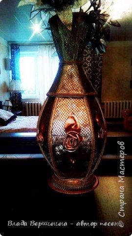 """Эту вазу я сделала из палочек для барбекю и шашлыков. Отделала: """"золотая"""" декоративная клеёнка, сетка с элементами люрекса - она придаёт металлический оттенок вазе, """"золотой"""" шнур и """"золотая"""" тесьма. Розы из той же клеёнки.  фото 3"""