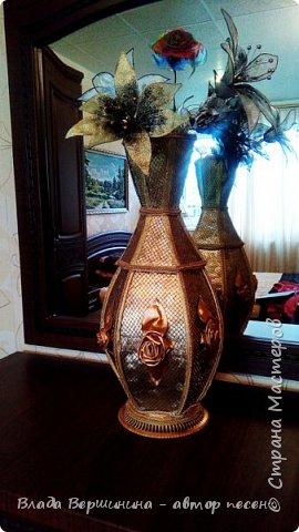 """Эту вазу я сделала из палочек для барбекю и шашлыков. Отделала: """"золотая"""" декоративная клеёнка, сетка с элементами люрекса - она придаёт металлический оттенок вазе, """"золотой"""" шнур и """"золотая"""" тесьма. Розы из той же клеёнки.  фото 2"""