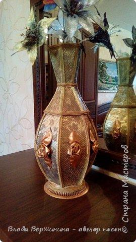 """Эту вазу я сделала из палочек для барбекю и шашлыков. Отделала: """"золотая"""" декоративная клеёнка, сетка с элементами люрекса - она придаёт металлический оттенок вазе, """"золотой"""" шнур и """"золотая"""" тесьма. Розы из той же клеёнки.  фото 1"""
